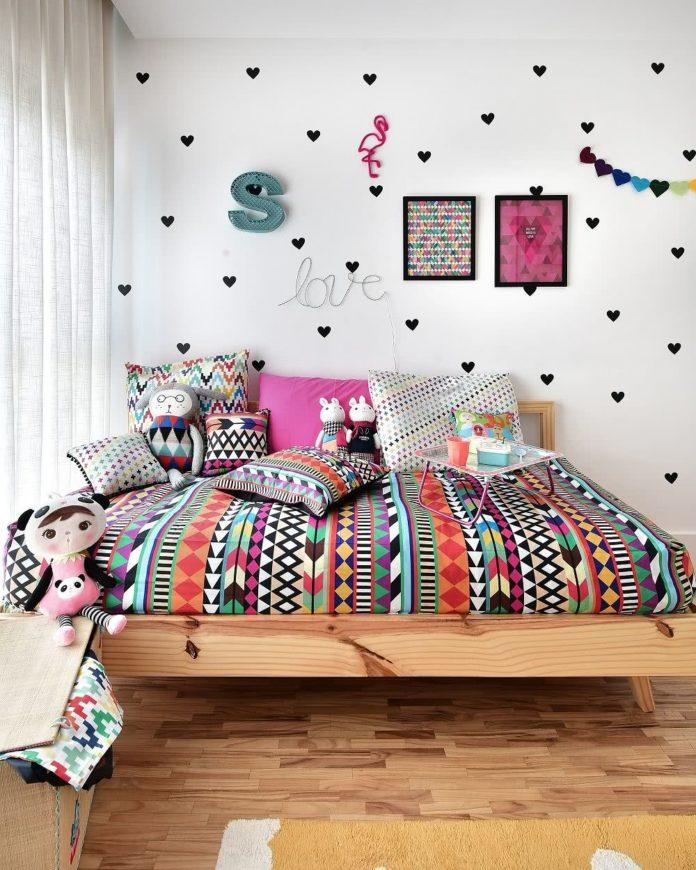 quarto de menina com roupa de cama com estampa étnica