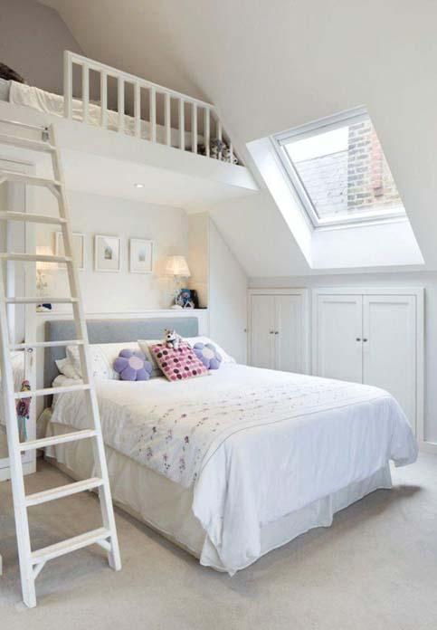 quarto de menina todo branco com almofadas sobre a cama