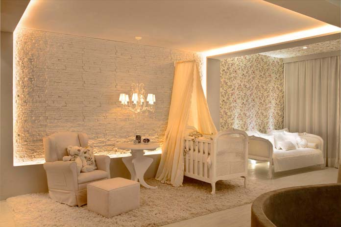 quarto de bebe com decoração clara e iluminação aconchegante