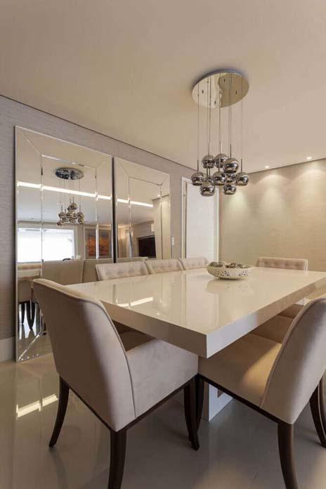 sala de jantar decorada com espelhos um item chave