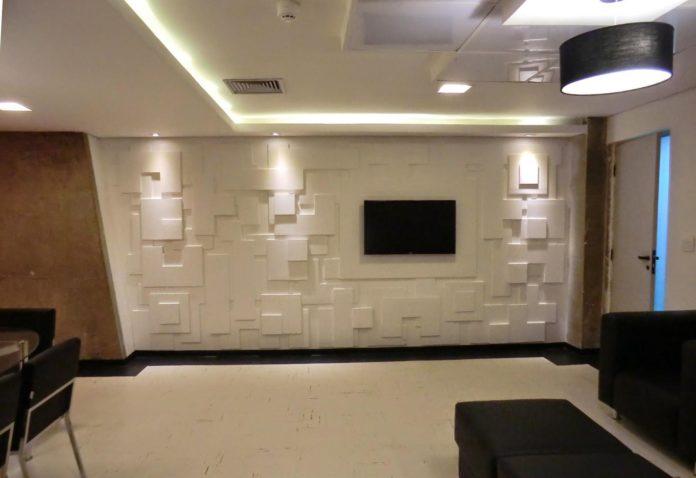 Parede 3D em uma sala com piso em marmore branco