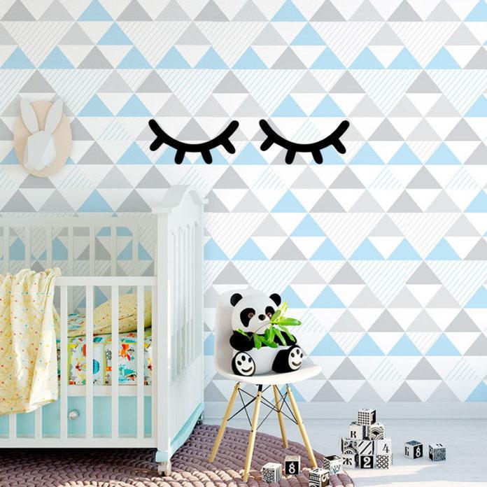 quarto de bebê totalmente charmoso com um papel de parede bem colorido