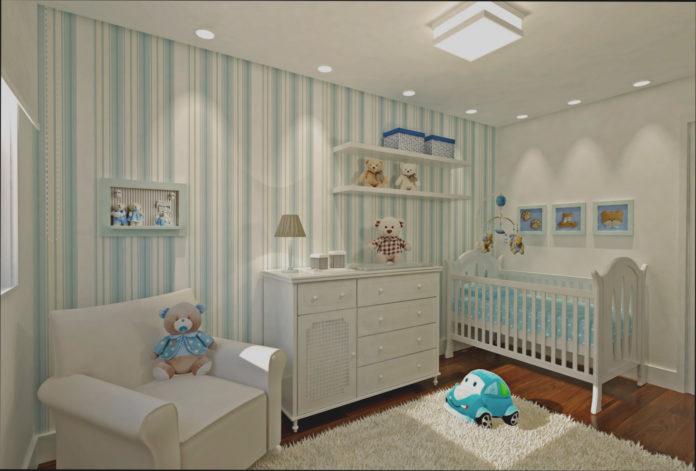 quarto de bebê para menino com cortinas verdes claras paredes brancas e berço azul