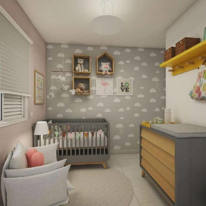 Quarto de bebê unissex, com paredes adesivadas e pintadas