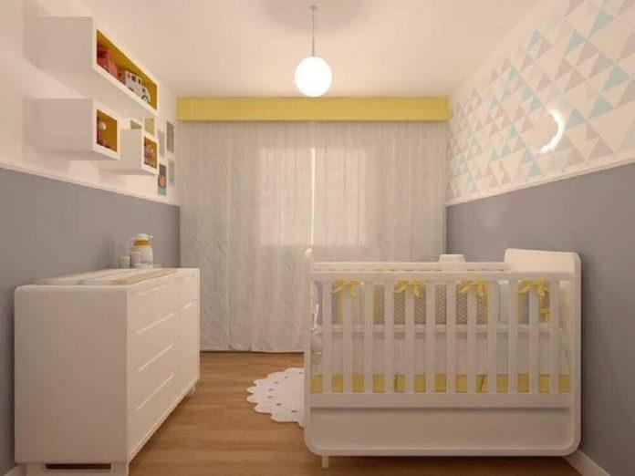quarto para bebê unissex com paredes cinza e branca e berço branco