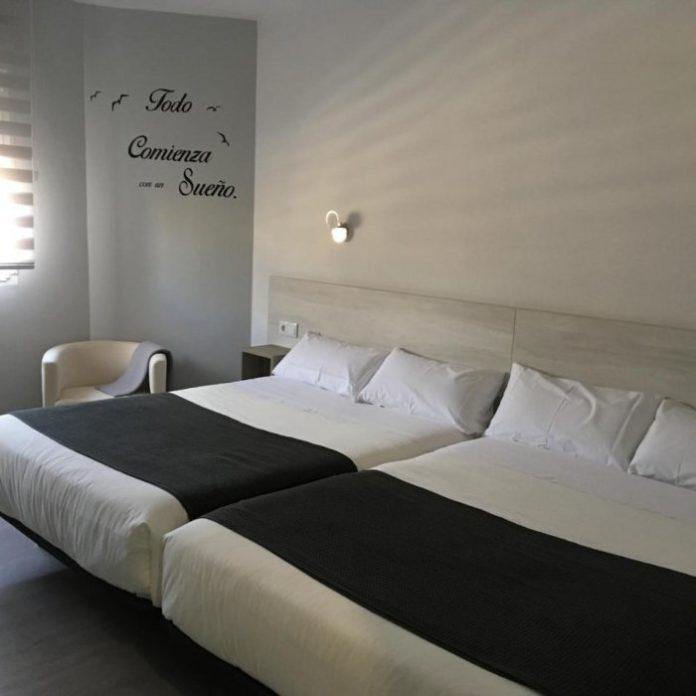 duas camas de casal juntas