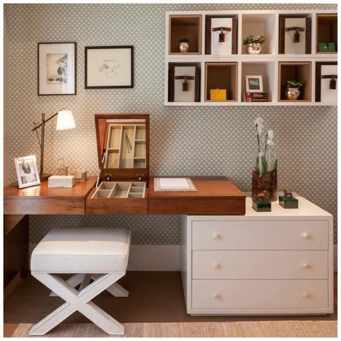 escrivaninha de madeira nas cores marrom e branca