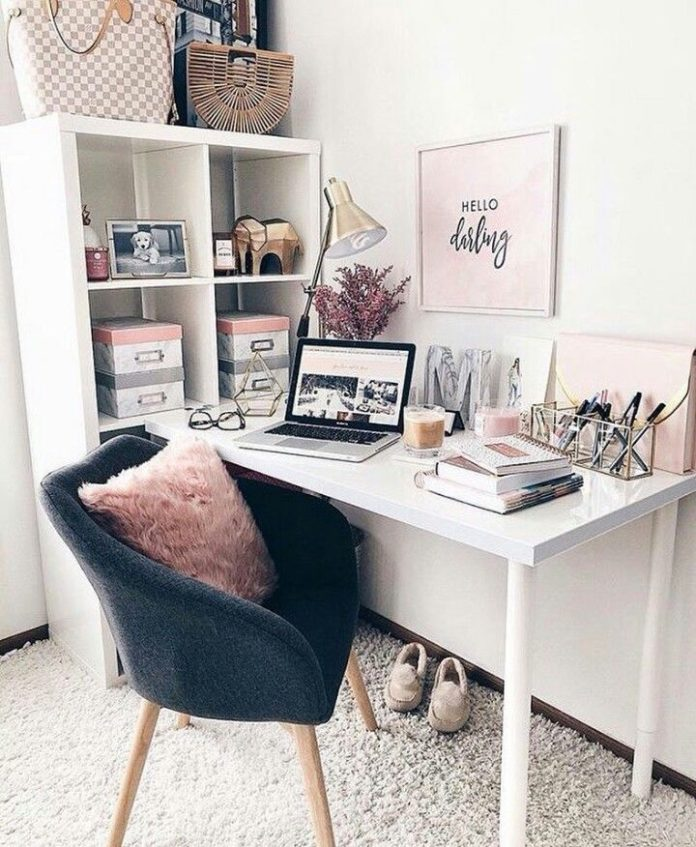 estante e escrivaninha organizadas e decoradas ao estilo pinterest