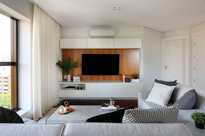 sala decorada com painel de madeira