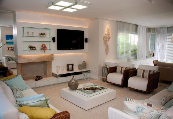 mesa de centro branco combinando com as cores das paredes e do sofá