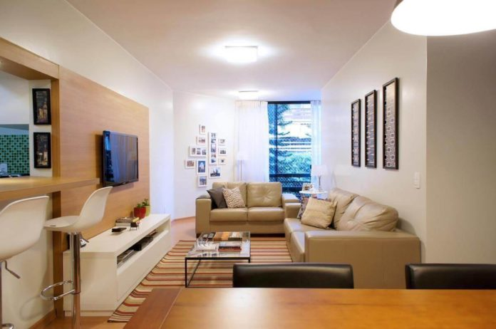 mesa de centro em um apartamento pequeno combinando com o sofá