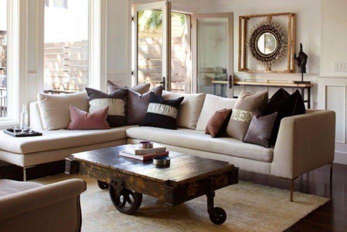 Mesa de centro em madeira rústica com um tapete em linho