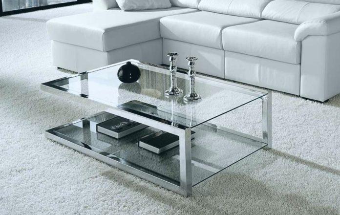 Mesa de centro bem moderna com o acabamento de alumínio e vidro