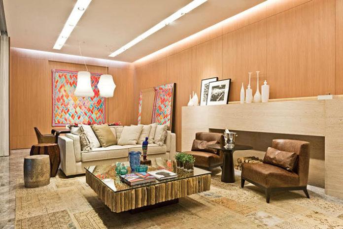 Mesa de centro em madeira para harmonizar em um ambiente com muita iluminação