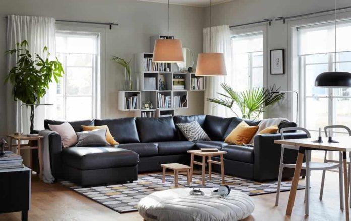 sofá em couro preto para uma sala clean