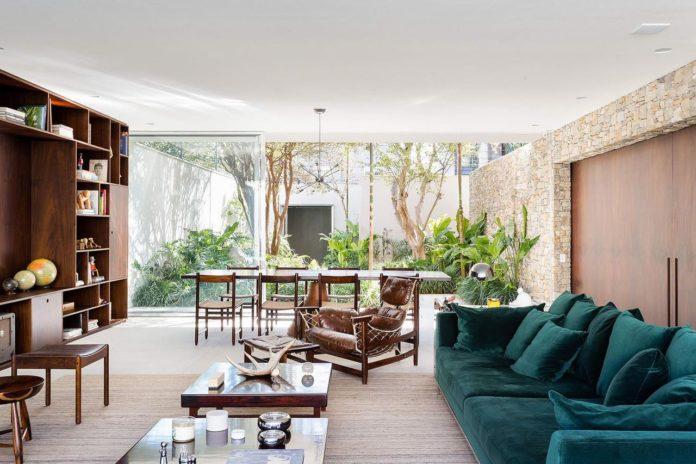 sofá na cor verde marinho para uma sala clean