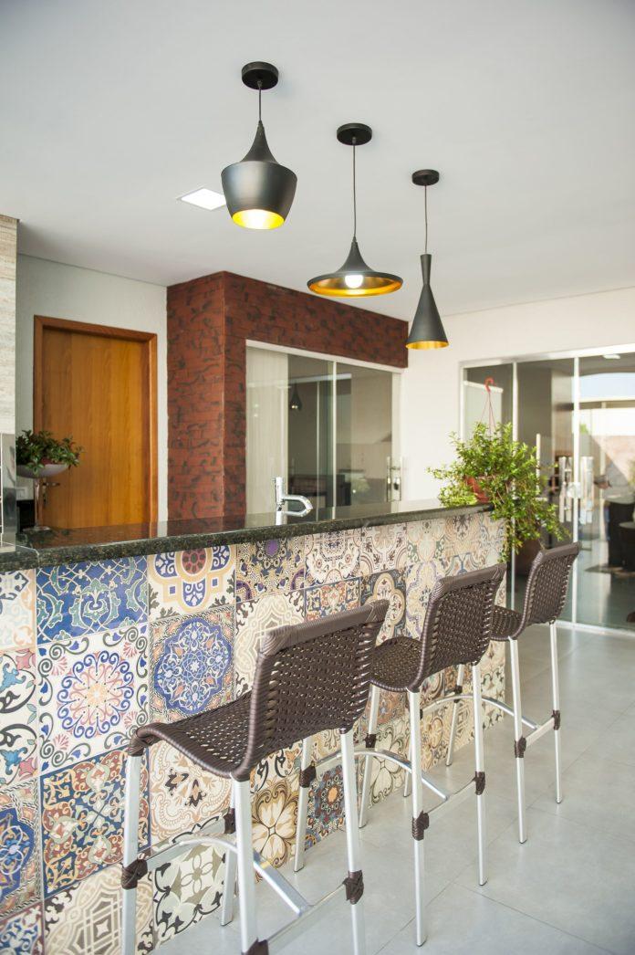 balcão moderno com revestimento em azuleiros para um ambiente clean