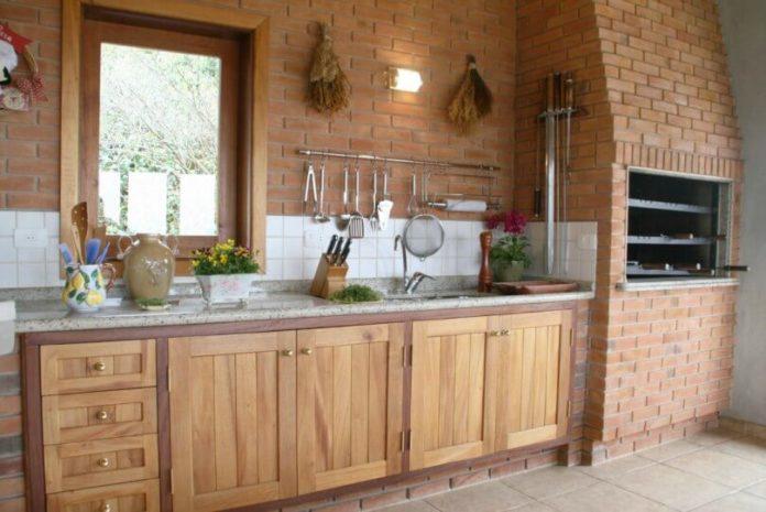 área de churrasqueira toda em tijolinhos e em madeira rústica