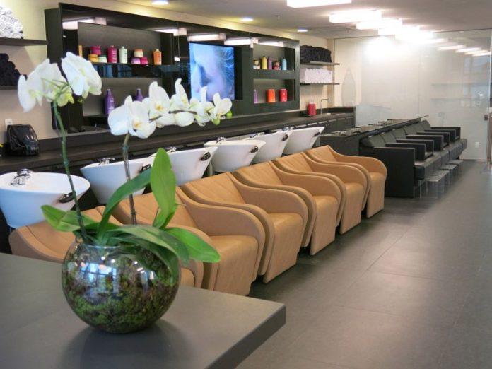 Cadeiras de cores beges para dar um ambiente mais rústico