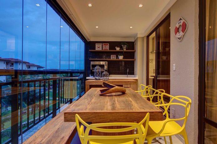 Cadeiras coloridas e objetos para se colocar em cima da mesa na área gourmet