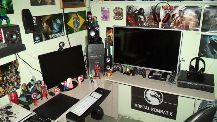 Setup gamer com decorações de personagens gamers e personagens de filmes
