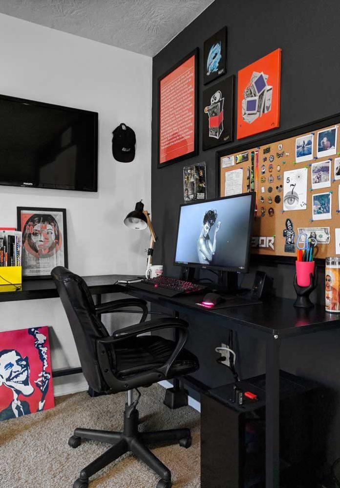 Quarto gamer com variadas cores, setup todo preto e acessórios coloridos