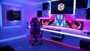 Cadeira gamer rosa e azul com vários monitores