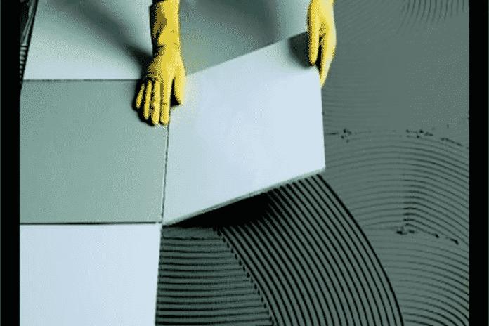 pedreiro fazendo acabamento no chão