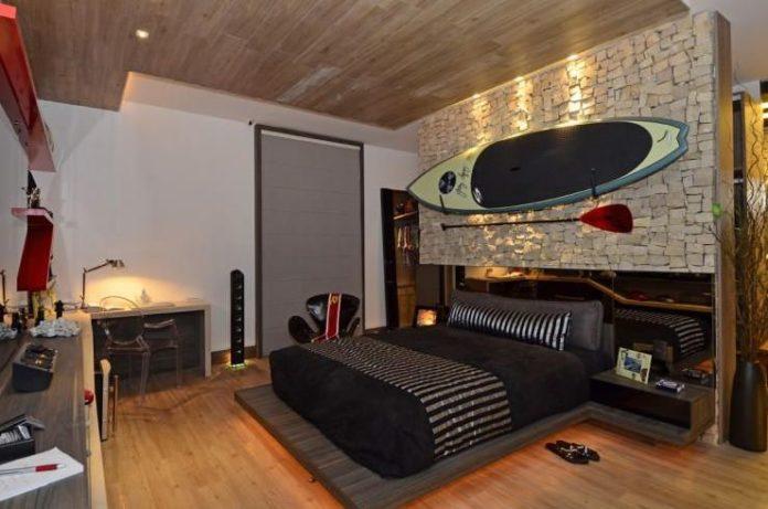 Quarto com prancha de surf de decoração