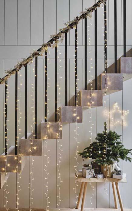 decoraçao com fio de luz na escada