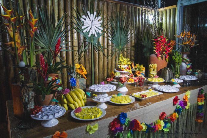 Mesa de comidas em uma festa havaiana