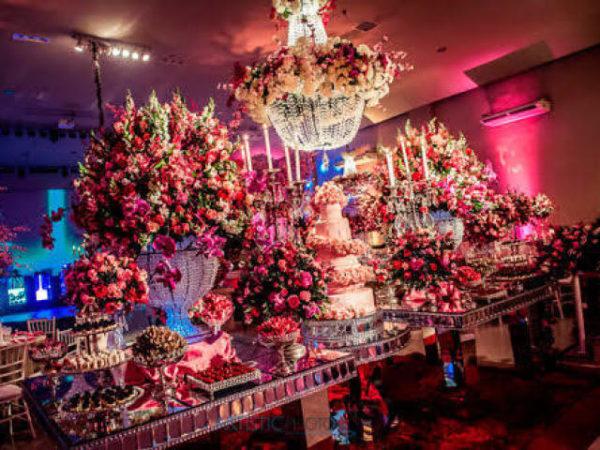 Mesa do bolo de princesa cheio de flores