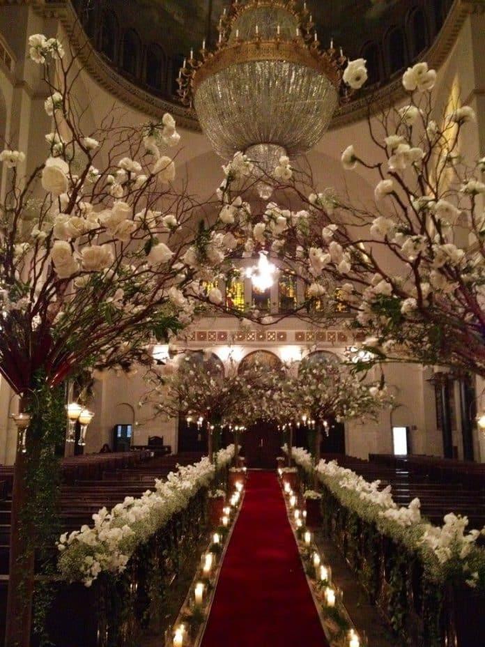 arranjo grande para a entrada da igreja com flores da estação
