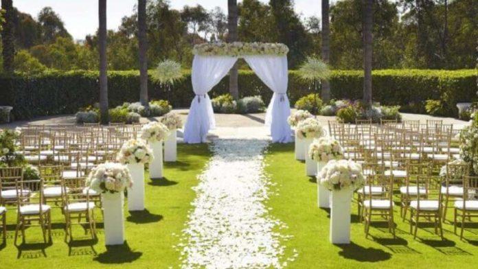 casamento ao ar livre com muitas flores