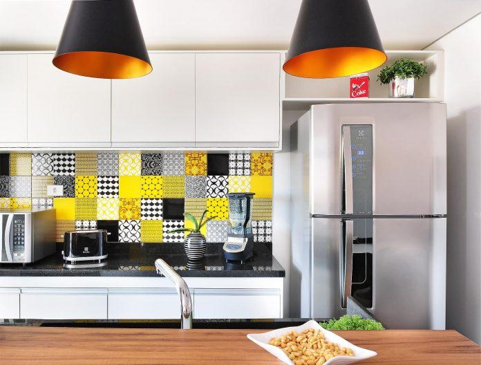 decoração para cozinha com pastillhas coloridas e superficies faceis de limpar