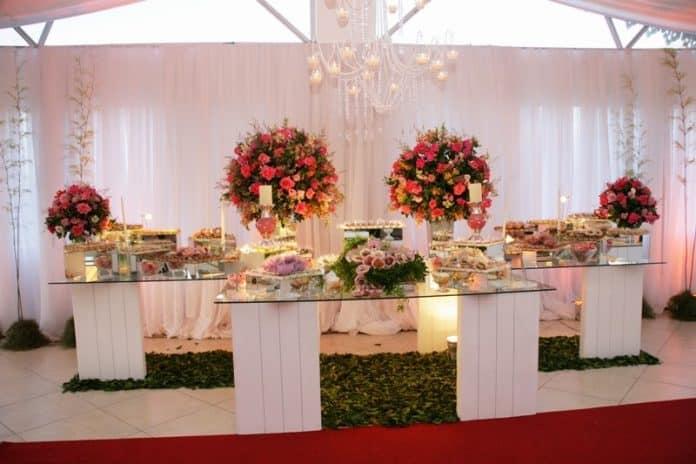 decoração de casamento simples com flores da estação