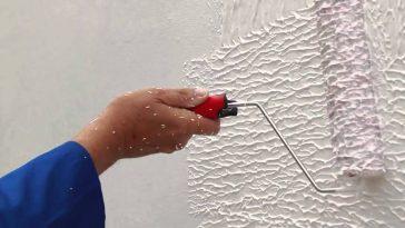 Textura rolada sendo aplicada em uma parede