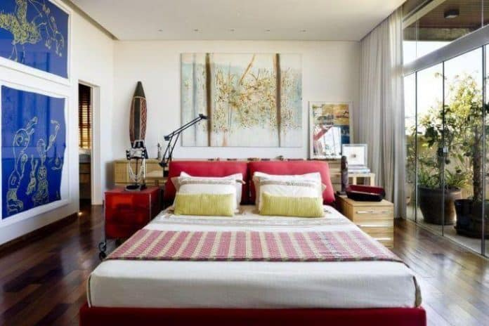 quarto com decoração estilo moderno com quadros e decoração mais clean