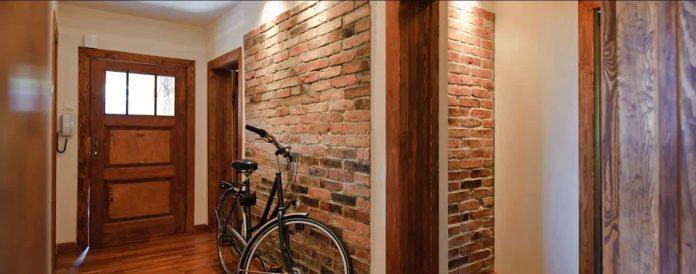 parede de tijolinhos a vista para hall de entrada da casa