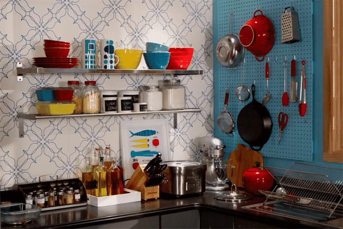panelas e potes coloridas para dar um charme para sua cozinha