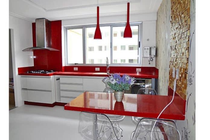 Móveis vermelhos e coloridos para cozinha