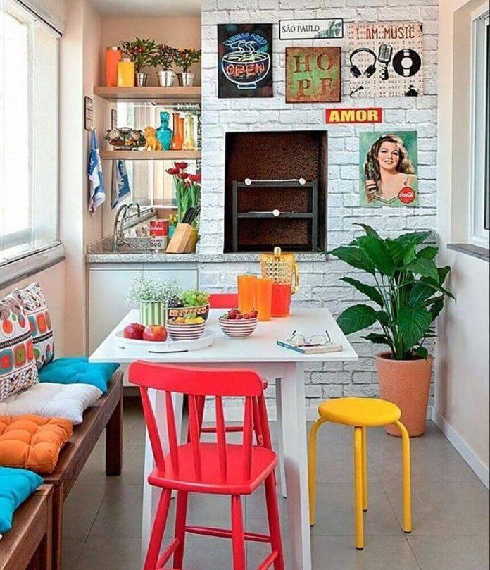 quadros retrô em uma decoração de cozinha retrô