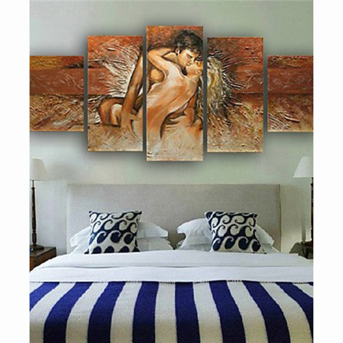 quadros em uma decoração com bastante arte em um quarto