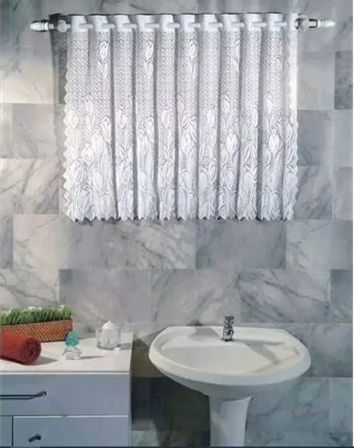 Cortina de renda para o banheiro