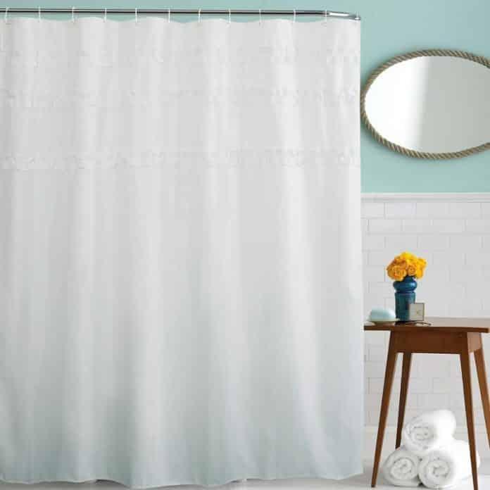 cortina com uma renda mais fechada para dar privacidade no banheiro