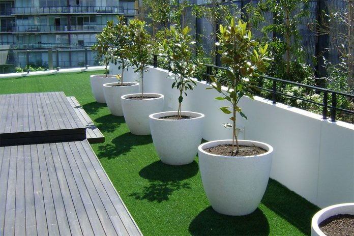 Grama sintética para a decoração do terraço