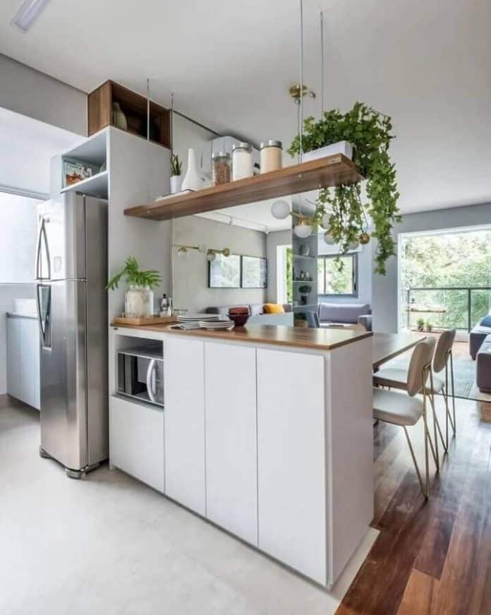 Estantes Suspensas na cozinha combinando com a decoração