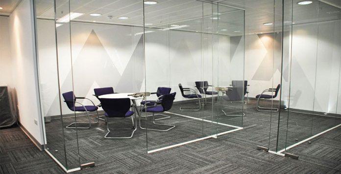 Divisão de vidros para um ambiente de serviço