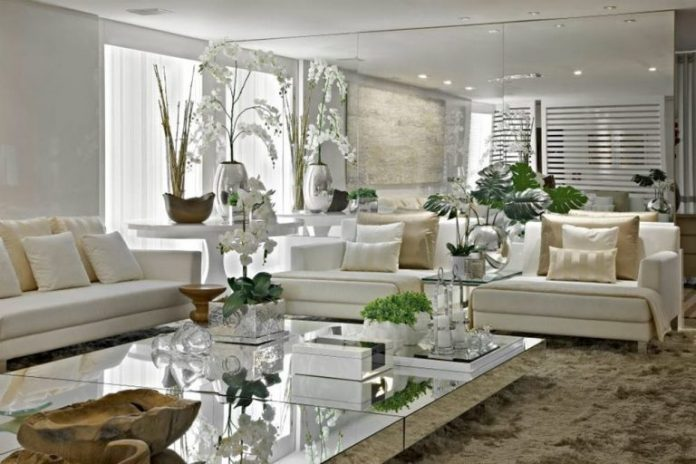 espelhos na sala de estar compondo a decoração