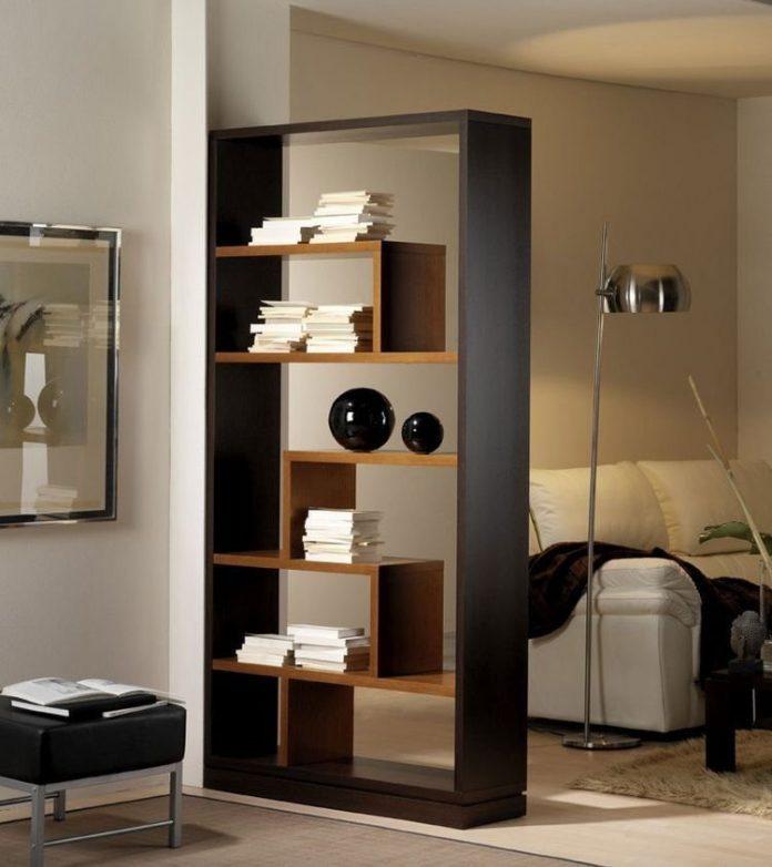 Utilização de estante de livros para a divisória da sala